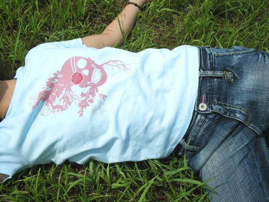 ドクロTシャツを着た女の子